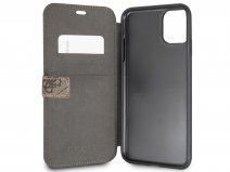 Guess Monogram Bookcase Bruin - iPhone 11 Pro Max hoesje